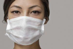 E agora, usar máscara de proteção pode contribuir para o aparecimento de espinhas?